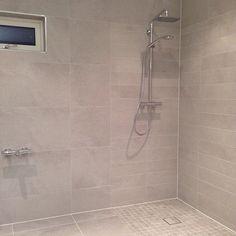 Instagram photo by _eidehuset - ♡ Bathroom ♡ vi venta på dusj-veggane og badekaret, men enn so lenge nyte me flisene i sin heilhet! #myhome #bathroom #eidehuset #nytthus #noeinspo #baderom #spafeeling #hjem #spabad #skandinaviskehjem #rom123 #tipstilhjemmet #inspirasjon #interior123 #interiorforyou #funkis #tiles #fliser #hus #home