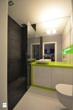 białe meble MDF lakier-połysk, grafitowy kamień, prysznic z odwodnieniem liniowym, limonkowy blat z kerrocka | Łazienka styl Minimalistyczny - zdjęcie od Olivkadesign