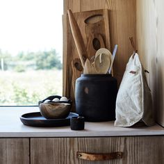 Combining the material teak wood with terracotta creates a special and beautiful atmosphere in the kitchen. Muubs has an extensive range of kitchenware: Canvas tea cosy, terracotta jar, teak cutting boards, teak rolling pin an much more. Rustic Bowls, Wood Bowls, Tea Cozy, Teak Wood, Decorating Your Home, Decorating Ideas, Terracotta, Create, Handmade