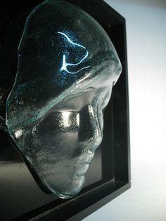 MÁSCARA DE VIDRO  Em vidro incolor  moldura em mdfpreto  fundo em vidro preto  35 x 35 cm aprx. R$72,00