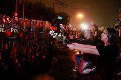 "Como os policiais reagiram a isso? Balas de borracha, bombas de efeito moral, cassetetes... O que os protestantes falavam? ""SEM VIOLÊNCIA!""... Apenas isso! #changebrazil   As police responded to it? Rubber bullets, tear gas, batons ... The Protestants were talking? ""WITHOUT VIOLENCE!"" ... Just that! # changebrazil"