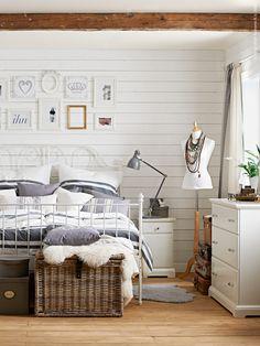 Vi bäddar rent och fluffigt i gästrummet inför jul. Nytvättade sängkläder i tätvävt fint garn...