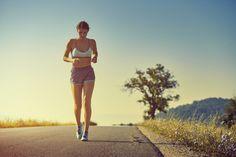 Dá para eliminar até 150 calorias ao sair pra dar uma voltinha de 30 minutos no quarteirão. É que o corpo em movimento eleva a temperatura interna e acelera o metabolismo. Perfeito pra compensar aquele brigadeiro que você comeu depois do almoço.
