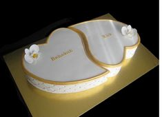 White and gold engagement cakes in heart shape Heart Shaped Wedding Cakes, Heart Shaped Cakes, Heart Cakes, Amazing Wedding Cakes, White Wedding Cakes, Elegant Wedding Cakes, Anniversary Cake Designs, Wedding Anniversary Cakes, Engagement Wishes