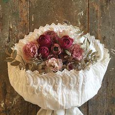 苺のケーキみたいに🎂  今日は、夢中で作業していたらお昼ご飯食べ忘れた😮 その分夜お腹いっぱい食べよう‼️‼️‼️ #flower#flowers#flowerarrangement#art#antique#photograph#interior#rose#simple#handmade#handwork#bouquet#madeinjapan#japanmade#布花#手仕事#フラワー#花束#フラワーアレンジメント#レース#薔薇#ものづくり#ハンドメイド#布#ナチュラル#ディスプレイ#撮影#ウェディング