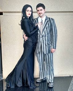 🎶 They're creepy and they're kooky, Mysterious and spooky, They're altogether ooky, The Addams Family. Couples Cosplay, Cosplay Diy, Cosplay Girls, Black Wig, Mysterious, Couple Goals, Creepy, Mystery, Goth