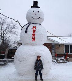 Hizo un muñeco gigante de nieve de seis metros de altura y gran parte de la comunidad fue a visitarlo :)