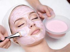 Masque bonne mine -Teint terne ou fatigué? L'argile rose convient bien aux peaux sensibles et délicates.Pour un teint éclatant.Mélangez dans le bol 1 cs d'argile prête à l'emploi,1 cc de miel,1 cc d'huile de carotte. Appliquez ce masque en couche épaisse sur le visage et le cou. Laissez poser environ 10 min. Rincez abondamment à l'eau tiède. Séchez votre peau,appliquez votre crème hydratante habituelle.Jamais utiliser de métaux ou plastique pour la préparation et jamais laisser sécher…