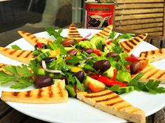 Foto: Sara B. Hansen.   E n rigtig lækker salat som passer godt til Græsk mad som Fx. den Moussaka  som vi spiste her til aften.Den er enk...
