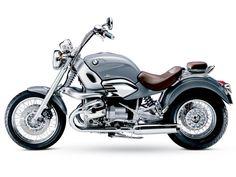 """Pedidos de duas patentes da BMW na Europa para um motor três cilindros em """"W"""" reforça as especulações da imprensa do setor de motocicletas europeia de que a marca alemã vai construir uma nova versão cruiser. A BMW não tem modelos custom em sua linha de produção desde que descontinuou, em 2004, a R 1200 C, utilizada no filme Tomorrow Never Dies da franquia 007."""