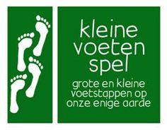 KLEINE VOETEN SPEL  Het is een gezelschapsspel over milieu, economie, verdeling van voedsel, klimaatverandering en de mondiale voetafdruk.  Het gaat erom de zeven basisbehoeften neer te leggen (voedsel, water, onderdak, groente/fruit, brood/bonen, warmte, 'vriendschap en liefde' en 'leren en plezier'), en tegelijk zoveel mogelijk groenevoetenkaarten verzamelen ('zonnepanelen'), en bovendien de grotevoetenkaarten (zoals een vakantie per vliegtuig, of mobieltje), zo snel mogelijk kwijt te…