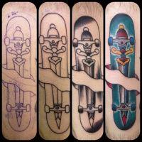 Uma sequencia de fotos do inicio de uma tatuagem que envolve mais uma vez o amor pelo skate, o desenho é simples mais muito bem feito um skate completo e montado tatuado como se estivesse preso a pela da pessoa o shape com uma estampa que traz o desenho de uma espada.