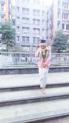 My kebaya Hijab for graduation.. #hijab #kebaya #kebayahijab #graduation #kebayawisuda #wisuda #inspiration #ootd #hootd