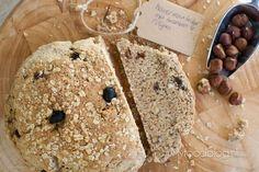 Havermoutbrood met hazelnoten en rozijnen. Heerlijk en gezond recept om zelf je eigen brood te maken! Breakfast Dessert, Food Blogs, Sweet Bread, Bread Baking, Crackers, Bread Recipes, Tasty, Healthy, Cake