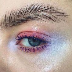 #오마리뉴스  요즘 해외에서 핫한 #트렌드 #깃털눈썹 핀란드의 메이크업 아티스트 Stella Sironen(@stella.s.makeup)이 선보인 독특한 모양의 눈썹이예요. 눈썹 모양이 깃털같아서 #featherbrow 라는 해시태그로 해외 뷰티구루들 사이에서 인기를 끌고 있죠. 눈썹을 반으로 갈라 위아래로 빗어준 후 투명마스카라 혹은 포마드를 이용해 고정해주면 끝! 생각보다 간단하죠? EDITOR/ASY repost from @stella.s.makeup  via MARIE CLAIRE KOREA MAGAZINE OFFICIAL INSTAGRAM - Celebrity  Fashion  Haute Couture  Advertising  Culture  Beauty  Editorial Photography  Magazine Covers  Supermodels  Runway Models