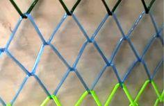 Скоро начнется дачный сезон, и у многих дачников после зимних снегов во весь рост встанет вопрос починки забора или обновления и декорации дачного участка. Предлагаем вам интересный и оригинальный способ изготовления декоративной сетки-рабицы в домашних условиях. Если подобрать бутылки п