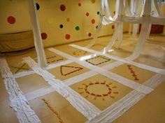 TELAS Y PINZAS Reggio Emilia, Movement Preschool, Sand Play, Sensory Bottles, Installation Art, Ideas Para, Kids Rugs, Calgary, Manhattan