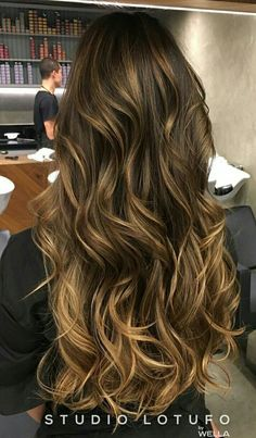 Curly and nice colors of hairstyle Brown Blonde Hair, Brunette Hair, Wavy Hair, Dyed Hair, Cabelo Ombre Hair, Balayage Hair, Hair Color And Cut, Hair Highlights, Pretty Hairstyles