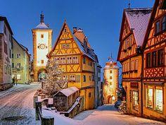 Rothenburg è una pittoresca cittadina della Baviera che mantiene un impianto medievale con mura e fortificazioni ben conservate. Il mercatino di Natale risale al XV secolo ed è uno dei più antichi di tutta la Germania