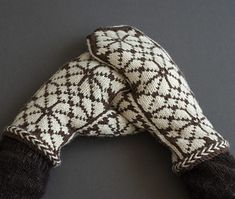 Ravelry: Winter Walnut pattern by Virginia Sattler-Reimer This pattern is suitable for the knitter with experience knitting mittens, reading a chart and stranded colorwork. Fair Isle Knitting, Lace Knitting, Knitting Stitches, Knitting Patterns, Knit Crochet, Knitted Mittens Pattern, Knit Mittens, Knitted Hats, Drops Design