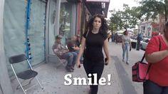 Um vídeo que filma secretamente uma mulher caminhando sozinha pelas ruas de Manhattan.