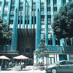 로스앤젤레스 쥬얼리 센터(Los Angeles Jewelry Center)는 1929년 건축가 클라우드 빌만이 디자인한 쇼핑센터. 테라코타와 브론즈로 장식된 모던함도 예술이지만 엘리베이터의 오리지널 아르데코 문양이 이 건축물을 명소로 만들었다고 합니다.