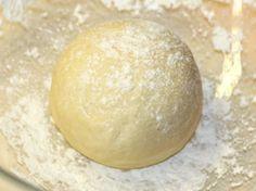 Обратите внимание - это тесто готовится без дрожжей и яиц. В его состав входит уксус, который делает его таковым. Попробуйте испечь по этому рецепту, к примеру пирожки или пиццу, и Вы сами увидите …