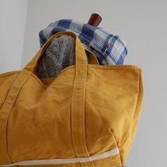 MUSTERDYERROW のトート倉敷で織られた国産の帆布を使った1枚仕立てのトートバッグです。シンプルに・・・ロゴなどはついておりません。底部にアクセントで生成りのテープを縫いつけてあります。縫い代は綾テープで包みました。内ポケットはありません。COLORマスタードイエロー(黄色系)SIZEタテ約28cm×ヨコ約47cm×マチ約14cm素材本体:倉敷帆布 8号 綿付属:綾テープ こなれた感じを出したくて縫製後洗いにかけてあります。お仕事バッグやインテリアとしても人気のトートバッグです。