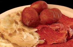 Corned beef is a delicious form of salt-preserved meat. This is a photo of a typical Irish Dinner. Making your own isn't difficult. Corned Beef Recipes, Irish Dinner, Making Jerky, Corn Beef And Cabbage, Dehydrated Food, Smoking Meat, Canning Recipes, Food Hacks, Home Remedies