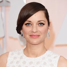 MarionCotillard dazzles on the #Oscars Red Carpet in diamond earrings by Chopard #Oscarjewelry