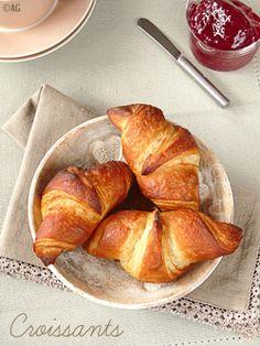 Croissants Maison (version simplifiée)  Pour une dizaine de croissants : – 300 gr de farine T55 – 40 gr de sucre – 5 gr de levure de boulanger sèche – ½ c à c de sel – 190 ml de lait + pour badigeonner – 100 gr de beurre