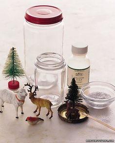 用意するものは ①空き瓶 ②中に入れる人形や小物(耐水性のあるものにしましょう) ③ラメやスノーフレークなど、降らせたいもの ④液体のり(グリセリンも可能) ⑤瞬間接着剤(中の人形等を固定させるため)