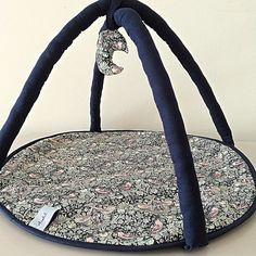 Produktet Dukke legetæppe sælges af Elselil i din Tictail-shop.  Tictail lader dig skabe en smuk online shop gratis - tictail.com