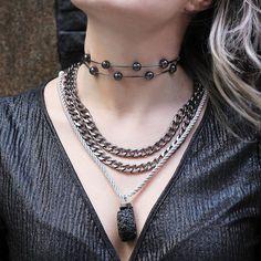 As choker são nossas queridinhas! E essa de bolas já está sendo disputadíssima por aqui. Adoramos a combinação com mix de correntaria e pedra. .  .  .  .  .  .  #espacond #inspiracao #bijoux #fashion #lookdodia #luxo #instalook #instafashion #glamour #glam #estilo #style #acessorios #trend #tendencia #lovedesign #create #bijuterias #atelier #handmade #moda #semijoias #colar #necklace