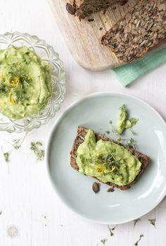 """Glutenfreies Brot mit Avocado-Zitronen-Feta-Creme und Kresse, Rezept für """"Life-Channing-Bread"""" und Avocado-Aufstrich"""