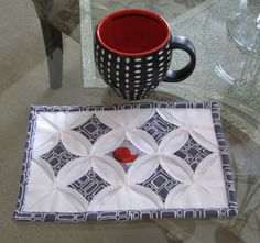 Mug rug. Could use practice Cathedral Windows-# optional Small Quilt Projects, Quilting Projects, Quilting Designs, Quilting 101, Cathedral Window Quilts, Cathedral Windows, Table Runner And Placemats, Quilted Table Runners, Mug Rug Patterns