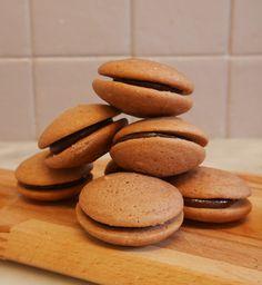 Aujourd'hui je vous parle de whoopies ! Des petits gâteaux venus des Etats Unis et composés de deux petites coques tendres et d'une ganache. Ici j'ai opté pour des whoopies sans gluten tout choco [ et oui, j'ai un gourmand à la maison ! ] mais je pense que plusieurs …