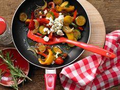 Bunte Gemüsepfanne mit Schafskäse: Die mediterrane Mischung macht Lust auf Sommer und schmeckt auch kalt prima.