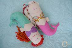Les Chiffonneuses » Maman Ourse Poupées de chiffon sirène / mermaid doll Produit québécois Fait à la main / Hand made Dinosaur Stuffed Animal, Toys, Feltro, Dolls, Momma Bear, Animaux, Gaming, Games