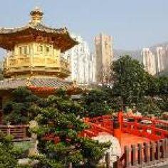24. Hong Kong (China)  Hong Kong es una ciudad fantástica para el aventurero gastronómico. Compra bolas de pescado en palos o tofu apestoso en algún puesto de la calle. Las panaderías ofrecen pastel de novia, panecillos de piña y tartaletas de huevo. Si lo prefieres, lánzate a comer tanto dim sum como puedas. Cuando te hartes de las especialidades chinas locales y regionales, echa un vistazo a las opciones de alta cocina de los mejores chefs del mundo, como Joel Robouchon y Alain Ducasse.