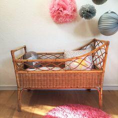 Liebenswert Krippe Bettwäsche Baby Wicker der 1960er Jahre.  Wir lieben die schöne Arbeit aus Rattan mit seine Gründe in Schleifen, seine Grafik