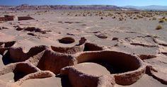 Antigas terras de homens da sociedade tiwanaku e incas, o Atacama, no norte do Chile, guarda endereços arqueológicos que valem a visita. Um exemplo é a Aldea de Tulor, museu a céu aberto com resquícios da aldeia local sepultada pela areia do deserto.   Fotografia: Eduardo Vessoni / UOL.  http://viagem.uol.com.br/album/guia/2015/11/21/deserto-do-atacama-reune-um-dos-cenarios-mais-impressionantes-do-continente.htm#fotoNav=16