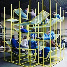 Inspiração Camila Klein do dia: Jonas Van Put é um arquiteto e designer belga que cria móveis e instalações de arte. Uma delas é o buzzijungle, que vemos na imagem. Foi feito para ser um local de encontros e interações dentro do espaço de trabalho! #design #inspiracao #trabalho