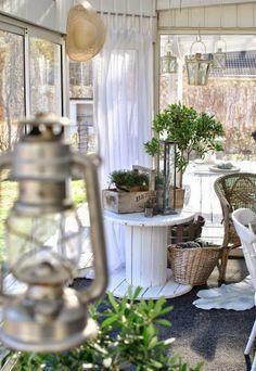 Recyclez des bobines de cable en bois pour créer des tables fantastiques.  Créez une table pour votre #jardin, sans dépenser de l'argent,  en #recyclant une vieille bobine de cable en bois. Peignez-la ou décorez-la avec vos carreaux préférés, de la colle spéciale. Le résultat vous surprendra.  #Diy   #inspiration   #bricolage   #astuces  http://fr.tools4pro.com/blog/