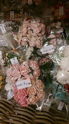 På www.papirgleder.no finner du det du trenger for å lage kort og invitasjoner til konfirmasjon, dåp, bryllup og bursdager! I tillegg har vi masse flotte tekstiler du kan sy quilt, homedecor, klær, gaver m.m. Velkommen innom! blomster å pynte bokser, kort og bordkort med :)