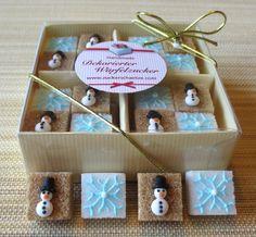 16 süsse, braune und weisse Würfelzucker mit Schneemännern und Schneeflocken aus Zucker auf www.zuckerschaetze.com