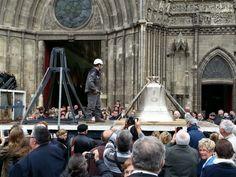 Un millier de personnes ont salué l'arrivée de la cloche de la Paix et de la Liberté mercredi matin sur le parvis de la cathédrale de Bayeux. Fondue à Villedieu-les-Poêles à l'occasion du 70e anniversaire du Débarquement, la cloche a été posée sur un trépied dans l'édifice religieux. Elle sonnera à la volée pour la première fois le 14 juin.