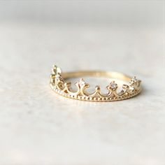 Sehr zierlich, und wenn man schon nicht eine tiara auf dem Kopf tragen kann kann man die an den Finger tun!