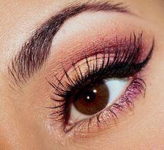 maquillage yeux avec ombres à paupières en marron et rose à paillettes