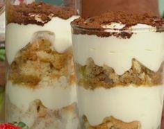 Falso tiramisú, en un bol mezclar los quesos untables junto con la crema semibatida y la leche condensada. En una copa, hacer una base de vainillas remojadas en café, intercalar con la crema hasta llegar arriba y espolvorear con chocolate rallado y cacao.  De yogur, en un bol, mezclar el yogur con la ralladura y las frutillas procesadas con jugo de limón y azúcar. En una copa, hacer base de merenguitos rotos, cubrir con yogur y luego con el procesado de frutillas. Condimentar con pimienta… Tasty, Yummy Food, Tiramisu, Mousse, Pudding, Cacao, Cooking, Ethnic Recipes, Pasta Filo
